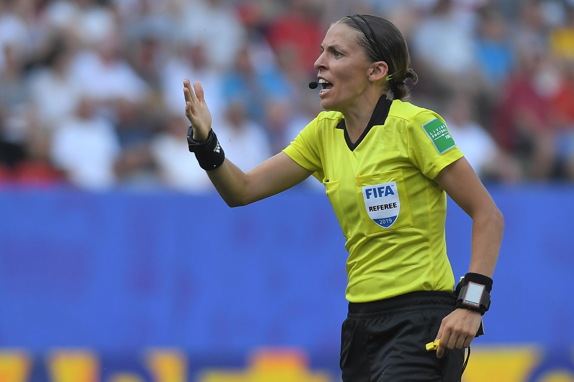 La Uefa ha compiuto una scelta epocale affidando la direzione della finale di Supercoppa europea tra Liverpool e Chelsea a un arbitro-donna per la pri...