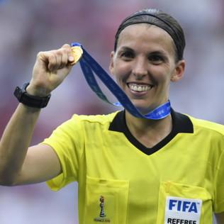 Frappart, dalla Ligue 1 alla Supercoppaeuropea: chi è l'arbitro donna che ha infranto il tabù