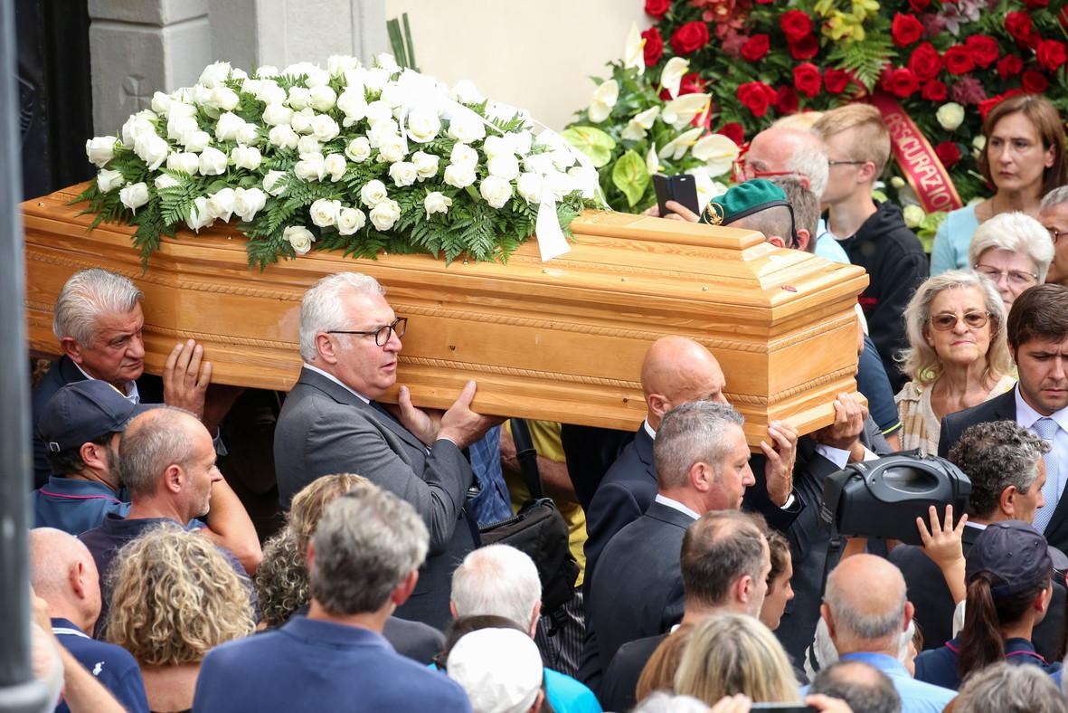 In migliaia per i funerali del leggendario ciclista