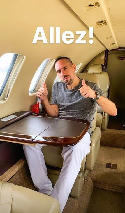 Maglia viola e sciarpa della Fiorentina al collo. Così Franck Ribery è sbarcato a Firenze con un aereo privato tra l'entusiasmo dei ...