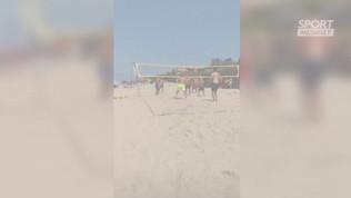 Totti al mare si scatena giocando a beach volley