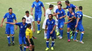 L'arbitro che non vide il morso di Suarez a Chiellini diventa allenatore