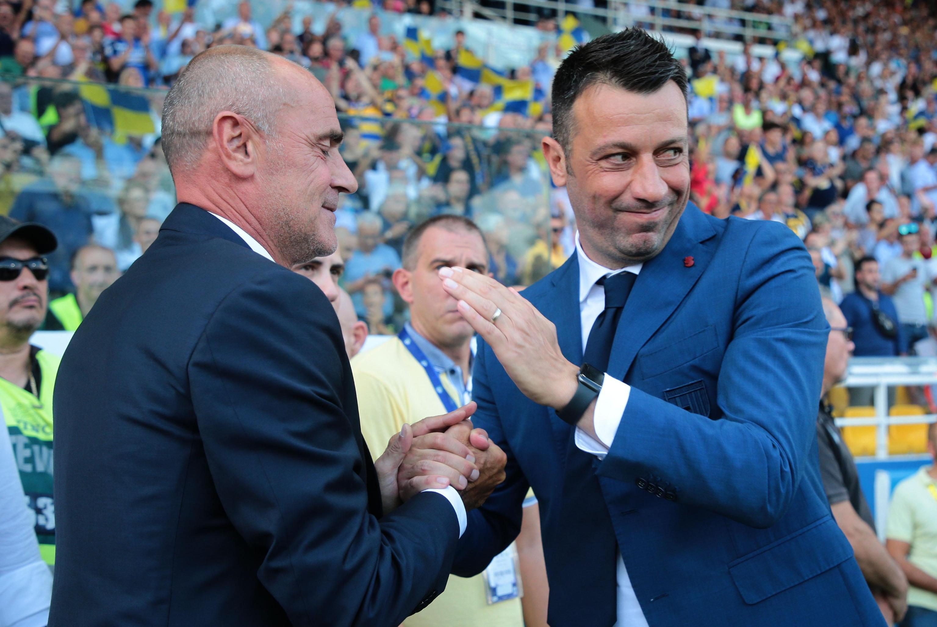 Imprevisto particolare per Roberto D&#39;Aversa nel corso del primo tempo di Parma-Juventus. L&#39;allenatore degli emiliani indossava una camicia bianca e ha dovuto cambiarla su richiesta dell&#39;arbitro Maresca: per il fischietto c&#39;era infatti il rischio di fare confusione con la maglia (bianca) dei padroni di casa. Cos&igrave; l&#39;allenatore &egrave; corso ai ripari vestendo una camicia scura.&nbsp;<br /><br />
