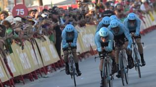 Ciclismo, Vuelta: l'Astana vince la cronosquadre, caduta per Roglic e Aru