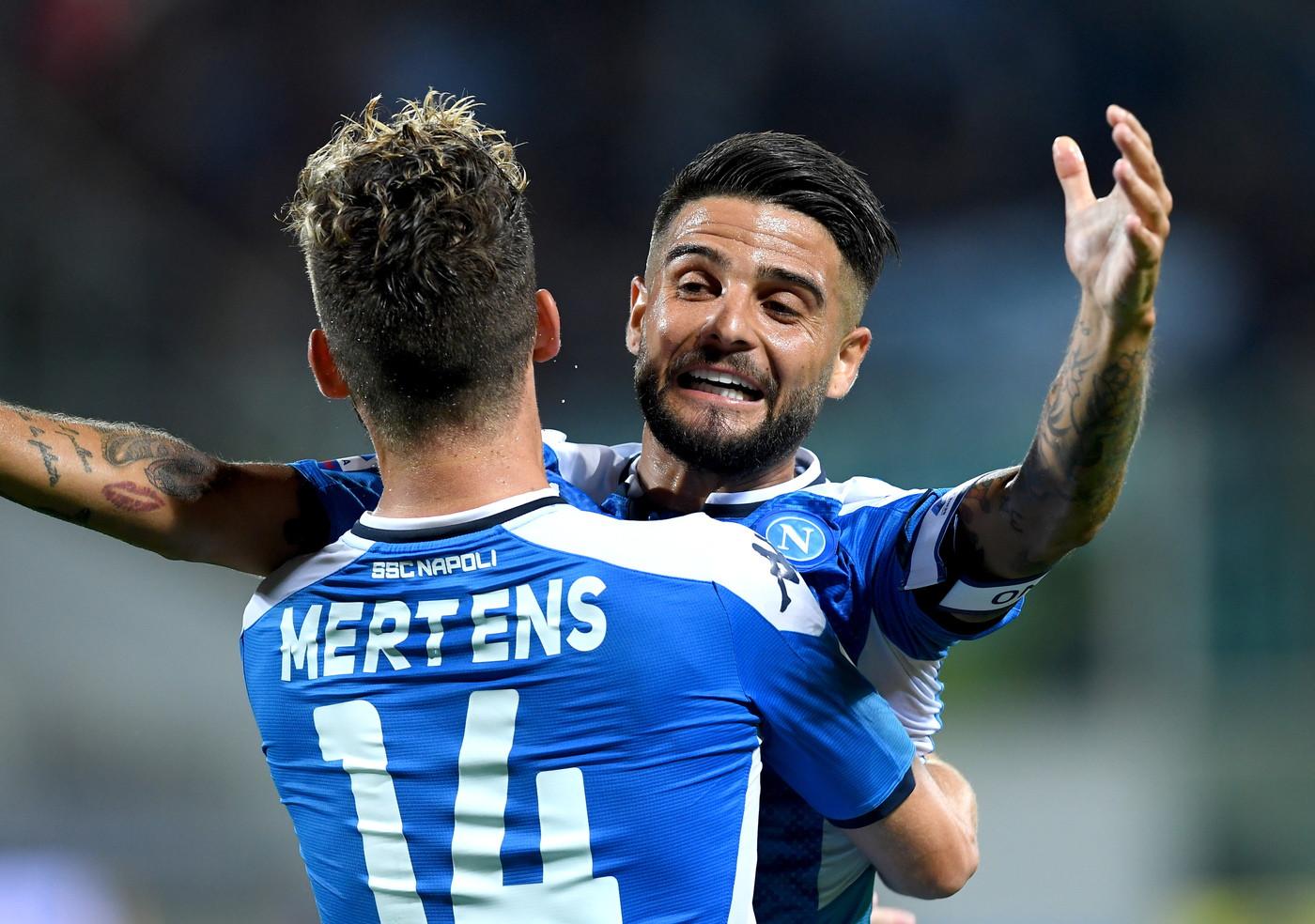 Nel 2° posticipo della 1a giornata di Serie A, il Napoli batte 4-3 la Fiorentina e tiene il passo della Juve. Al Franchi nei primi 30' c'è in campo solo la Viola, che sblocca il match al 9' con Pulgar (rigore). Mertens sveglia gli azzurri al 38' e poi si procura il rigore del sorpasso realizzato da Insigne (43'). Nella ripresa pari di Milenkovic (52'), Callejon fa 3-2 (56'), Boateng beffa Meret (65') prima del gol-vittoria di Insigne (67'). Debutto per Ribery.