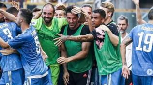 Juventus, Buffon trascinatore in panchina. E i tifosi del Parma lo insultano