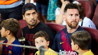 Barcellona, il figlio di Messi esulta al gol del Betis. Suarez lo rimprovera e poi ride