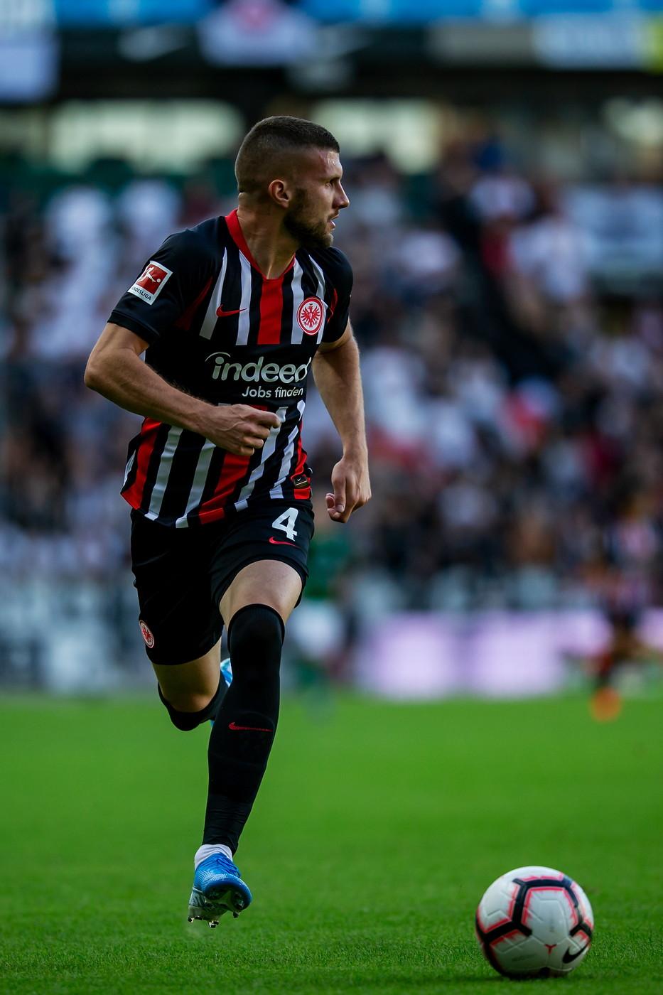 Ante Rebic, attaccante dell'Eintracht: problema al polpaccio, rientro incerto
