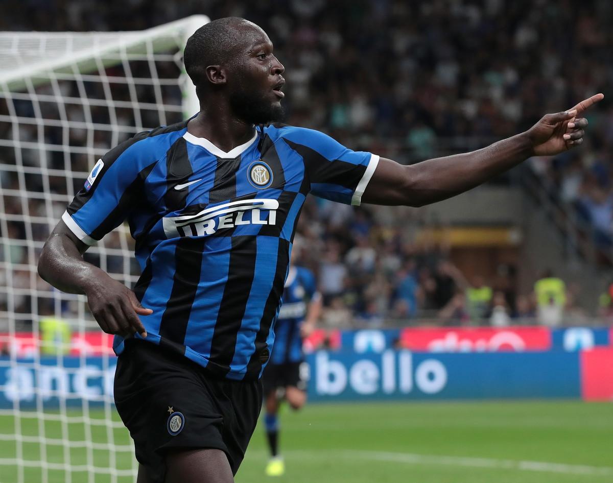 Nel posticipo della 1a giornata di Serie A, l'Inter batte 4-0 il Lecce a San Siro e risponde a Juventus e Napoli. Davanti ai 65mila di San Siro, t...
