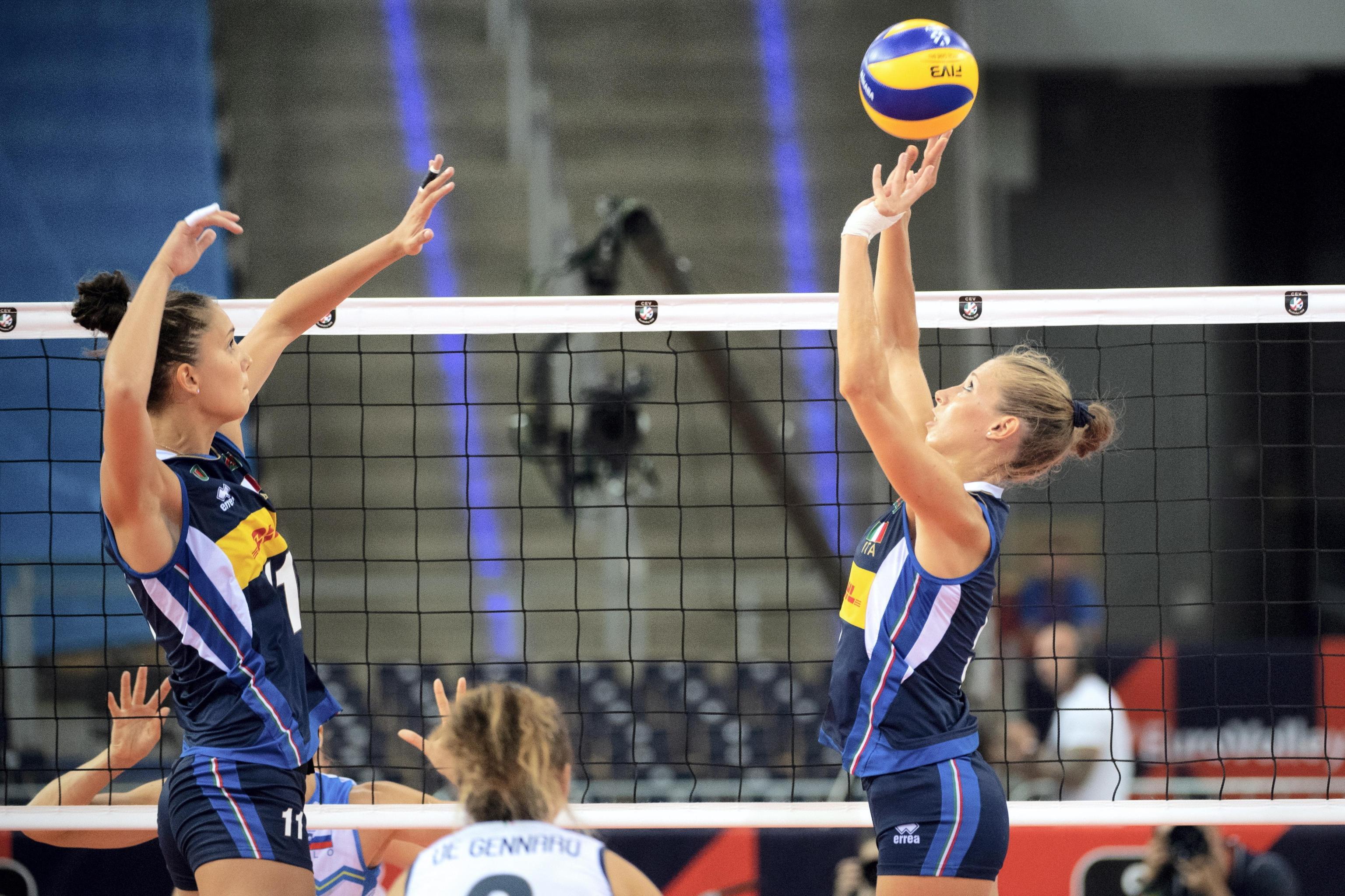 L'Italia trema solo per un set, ma si conferma ancora una volta implacabile agli Europei femminili di volley. Le ragazze di coach Mazzanti trovano la quarta vittoria su quattro, tutte arrivate per 3-0. Con lo stesso punteggio cade anche la Slovenia, che tiene botta per un set e poi crolla sotto un roboante 27-25, 25-8, 25-17. Tra le migliori per l'intera partita la capitana Cristina Chirichella, inarrestabile da metà partita Paola Egonu.