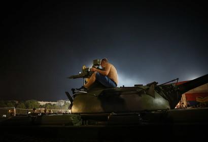 Polemica in Serbia per il carro armato parcheggiato dai tifosi della Stella Rossa dinanzi al mitico stadio Marakana prima della partita di ritorno dei...