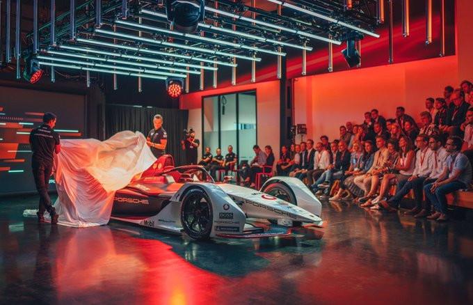 Porsche si unisce al Circus della Formula E ampliando il numero di costruttori partecipanti alla sesta stagione che rispondono al nome di Mercedes, Audi, BMW, DS, Jaguar, Mahindra, NIO, Penske e Venturi,.<br /><br />