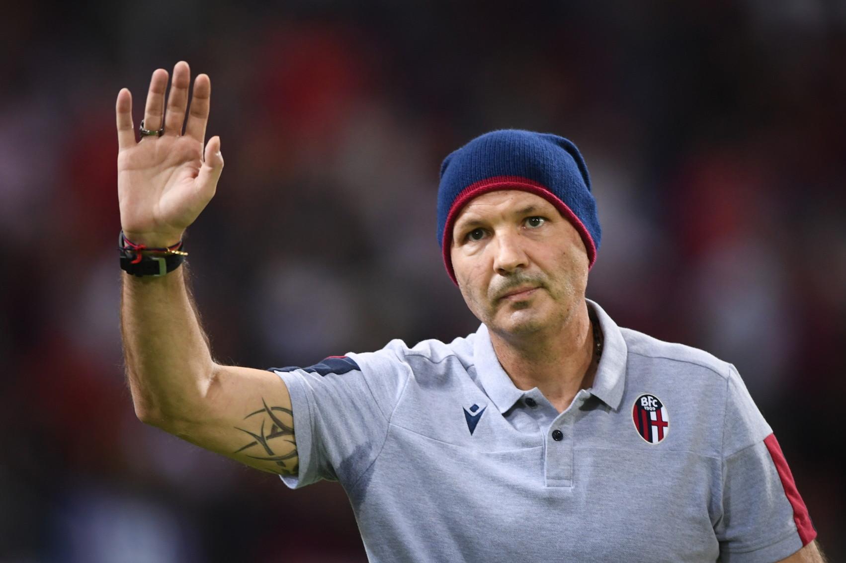 """""""Combattiamo ogni battaglia per Sinisa e per la maglia"""". Con questo striscione la curva del Bologna ha accolto l'ingresso in campo dei r..."""