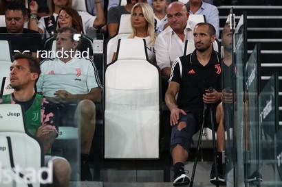Sfortunato inizio di stagione per Giorgio Chiellini che si è procurato una lesione al legamento crociato anteriore del ginocchio destro e sar&a...
