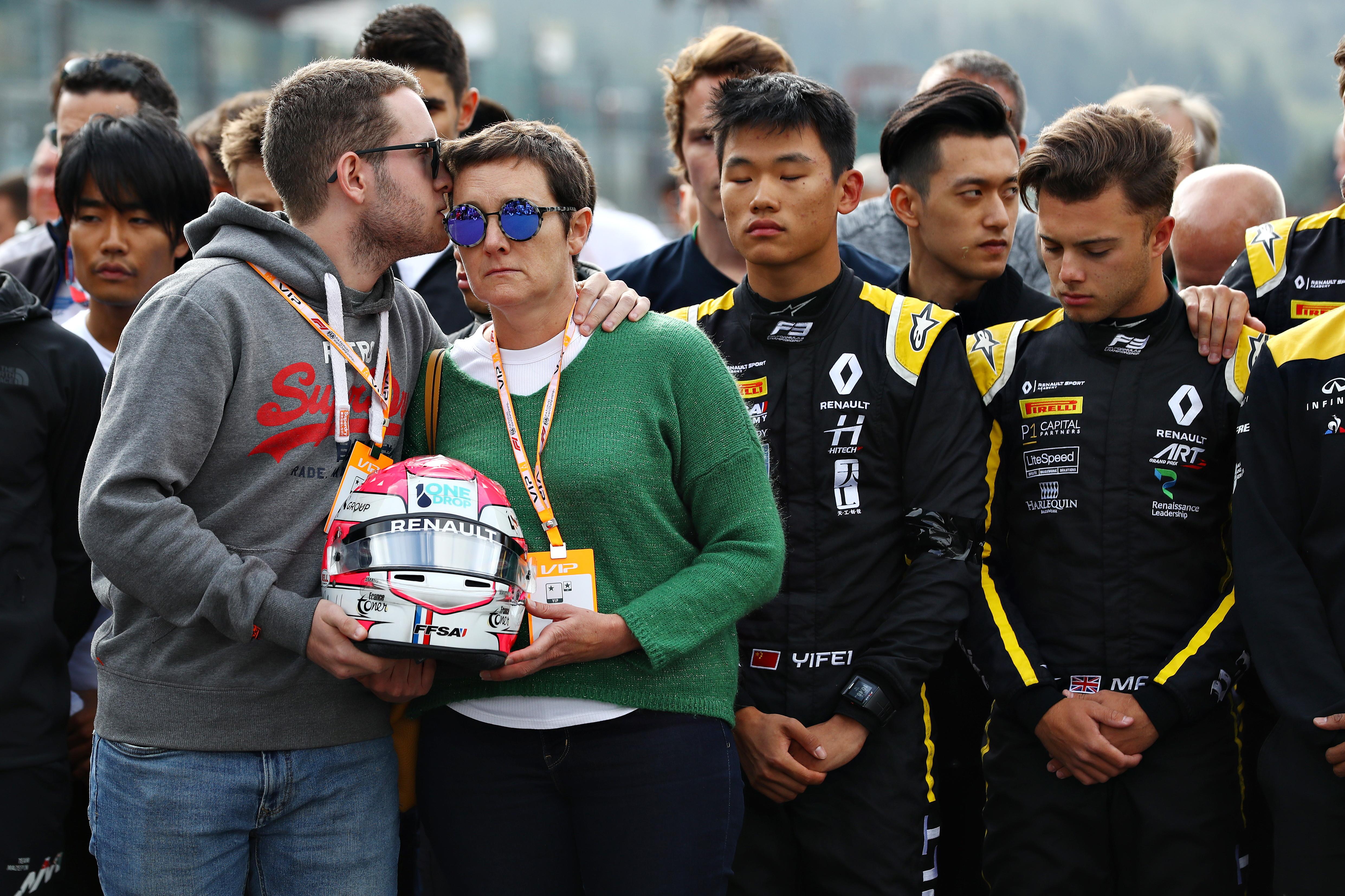 La domenica motoristica di Spa si &egrave; aperta con un toccante minuto di silenzio per Anthoine Hubert, il pilota di F2&nbsp;che ha perso la vita nel terribile incidente di sabato. Sulla griglia della gara di F3 si sono schierati i colleghi del francese, compresi i ferraristi&nbsp;Vettel e Leclerc&nbsp;e Schumi jr, tutti con il lutto al braccio, in un simbolico abbraccio al fratello e alla mamma dello sfortunato&nbsp;pilota, presentatisi con in mano il casco del loro famigliare. Poi, poco prima del via della gara di F1, un altro momento di silenzio per ricordare Hubert.<br /><br />
