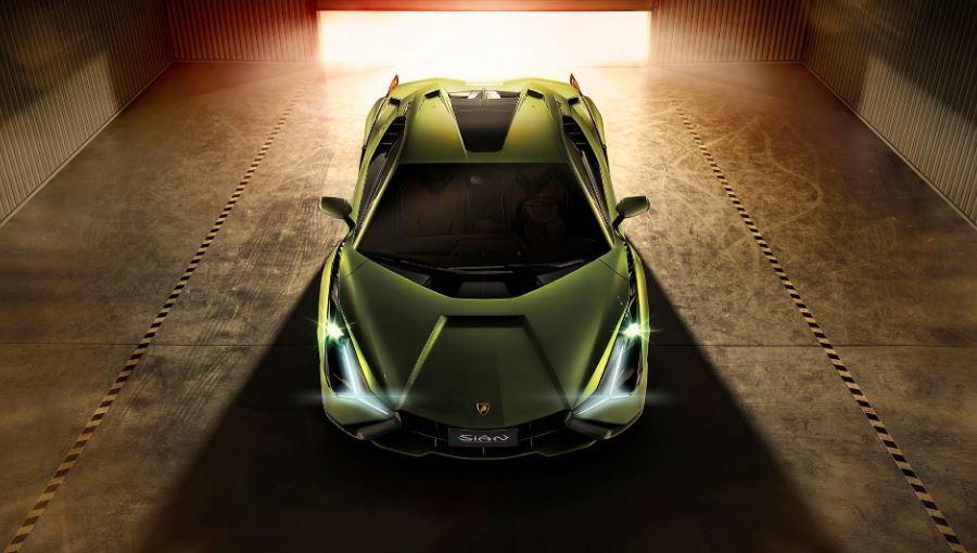 Sián vuol dire fulmine in dialetto bolognese e non ci poteva essere nome migliore per la prima Lamborghini ibrida. Una nuova potentissima vettura senza rinunciare alla tradizione: la casa di Sant'Aganta Bolognese guarda al futuro, ma conserva la sua anima non rinunciando all'iconico V12.Accanto al V12 troviamoun motore elettrico a 48 volt, che sviluppa 34 CV per una potenza ancora maggiore fino a 819 CV. Prestazioni da urlo per quella che è la ibrida più veloce di sempre: supera i 350 Km/h e fa da 0 a 100 in meno di 2,8 secondi.
