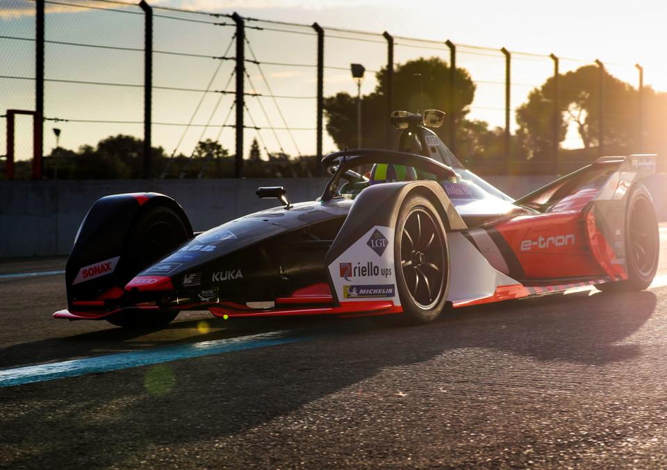 Audi ha ufficialmente presentato la FE06 e-tron, vettura che Daniel Abt e Lucas Di Grassi guideranno le mondiale di Formula E del 2019/20: tanta fibra di carbonio e una livrea arancione, bianca e nera. La monoposto elettrica dovr&agrave; cercare di migliorare il risultato dell&#39;anno scorso, quando l&#39;Audi ha chiuso seconda. Ora test privati in Germania fino ai test ufficiali prestagionali di Formula E ad ottobre a Valencia. Il debutto in pista avverr&agrave; il 22/23 novembre per l&#39;appuntamento in Arabia Saudita ad Ad Diriyah.<br /><br />