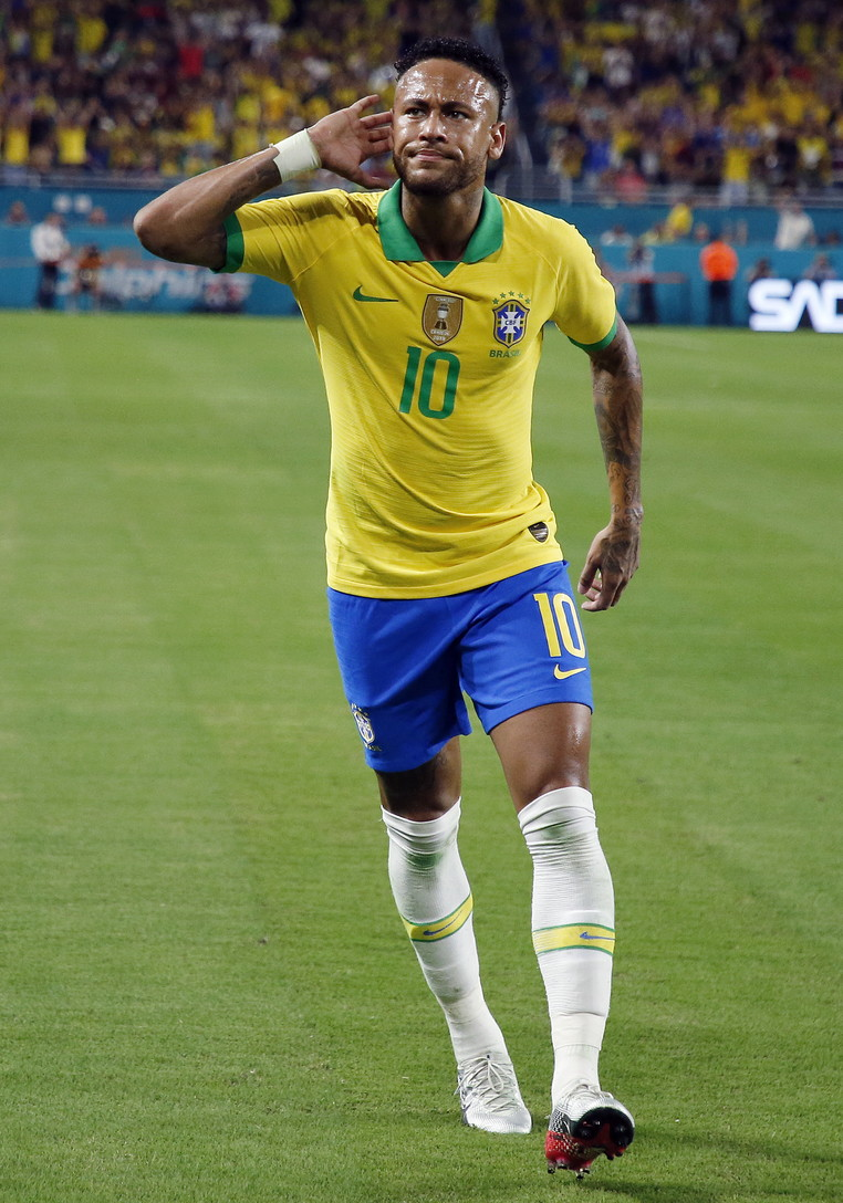 """Neymar subito """"on fire"""": l'attaccante del Psg, al centro di voci di mercato per tutta l'estate, torna a distanza di tre mesi dall..."""