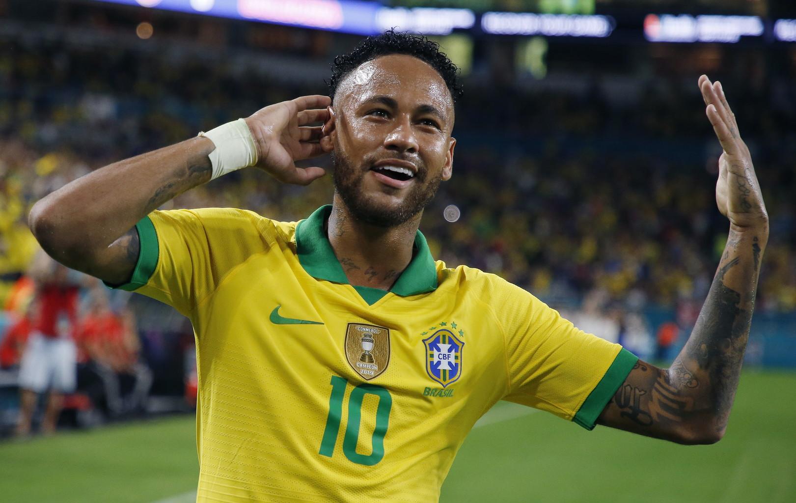 """Neymar subito """"on fire"""": l'attaccante del Psg, al centro di voci di mercato per tutta l'estate, torna a distanza di tre mesi dall'infortunio rimediato in nazionale contro il Qatar ed è protagonista nell'amichevole contro la Colombia con l'assist per il gol dell'1-0 di Casemiro su calcio d'angolo e la rete del definitivo 2-2 sul cross basso di Dani Alves. Sugli scudi anche Luis Muriel: l'attaccante dell'Atalanta ha realizzato una doppietta, segnando prima su rigore e poi con un destro vincente su assist dell'altroatalantino Duvan Zapata. Tra gli """"italiani"""" in campo dal 1' anche gli juventini Alex Sandro (che ha causato il rigore dell'1-1 con un fallo molto ingenuo) e Cuadrado oltreal napoletano Ospina, mentre a 7 minuti dal termine è entrato il milanista Paquetà."""