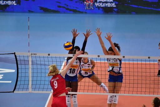 Alla fine hanno fatto la differenza troppi decisivi errori a catena. Il cammino Europeo delle ragazze terribili s&rsquo;interrompe nella semifinale della Sports Hall di Ankara (Turchia), dove le campionesse del Mondo della Serbia si impongono 25-22, 25-21, 21-25, 25-20, eliminando cos&igrave; l&rsquo;Italia di Mazzanti, che pu&ograve; recriminare per essere crollata nei momenti chiave del match. (foto&nbsp;Galbiati/Fipav)<br /><br />