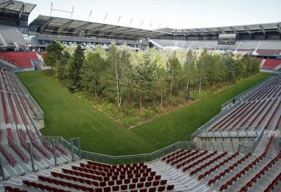 """Il 3 ottobre Wolfsberger-Roma non si disputerà nello stadio degli austriaci (il Lavanttal-Arena) poiché non in possesso dei requisiti Uefa ma neanche al Worthersee-Stadion Klagenfurt, scelto inizialmente dai rivali dei giallorossi. Nei mesi di settembre e ottobre, infatti, l'impianto di Klagenfurt ospiterà un'iniziativa contro il degrado ambientale: """"For forest"""" ha riempitoil campo con circa 200 alberi alti 14 metri. Alla fine, quindi, il match di Europa League dovrà giocarsi all'UPC Arena a Graz."""