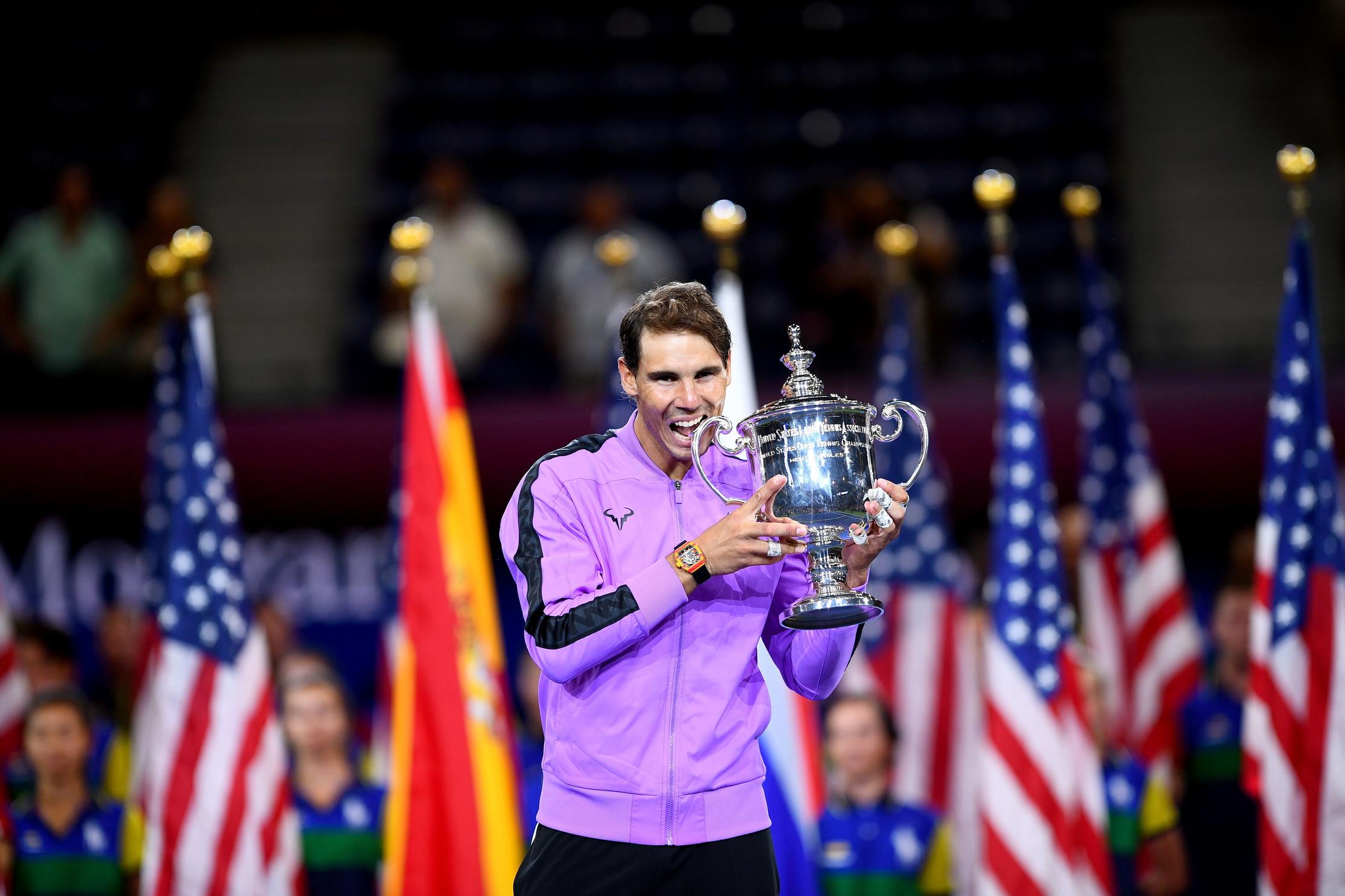 Il trionfo di Rafa Nadal. Lo spagnolo batte&nbsp;il russo Daniil Medvedev vincendo agli Us Open il suo 19&deg;&nbsp;titolo di Grande Slam. Un successo che avvicina il 33enne al record di 20 tornei major vinti in carriera da Roger Federer. Il successo &egrave; arrivato dopo una combattutissima partita durata 4 ore e 50 minuti, e conclusa con un punteggio 7-5, 6-3, 5-7, 4-6, 6-4. Per il 23enne Medvedev sarebbe stata la prima vittoria in un grande Slam. Non ce l&#39;ha fatta ma ha tenuto il campione sul filo fino al quinto set.<br /><br />