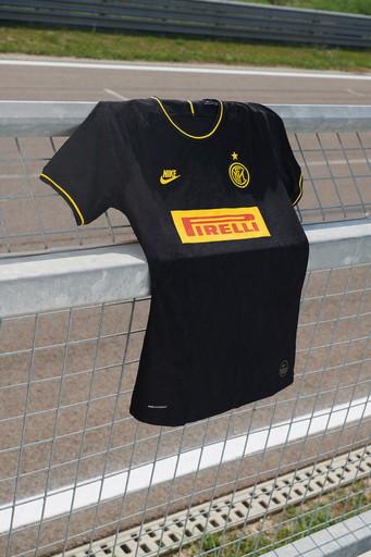 """L'Inter ha svelato la terza maglia, di colore nero, che """"trae ispirazione da due celebri trionfi continentali"""" come recita il sito uffic..."""