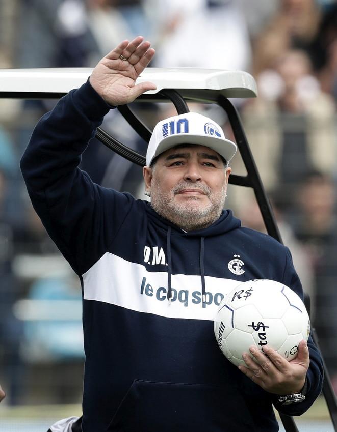 """Cori, striscioni, fuochi d'artificioe tifosi in delirio al """"El Bosque"""" per il primo allenamento guidato dal nuovo tecnico del Gimnasia Diego Armando Maradona. A salutare la prima uscita del """"Diez"""" circa 20mila ultrà in estasi. Visibilmente emozionato, Maradona è stato accolto in campo da due enormi riproduzioni gonfiabili e da un immenso abbraccio della gente. Un benvenuto da re, che ha fatto scappare anche qualche lacrima all'ex Pibe de Oro. Ma non è tutto qui.Su Twitter il Gimnasia ha inviato infatti un simpatico messaggio alNapoli.""""Ti rubiamo per un po' la canzone..."""", ha scritto il club argentinocon riferimento allo storico coro del San Paolo """"O mamma, mamma mamma..."""".. Immediata la replica degli azzurri: """"Vi prestiamo la canzone con grande piacere!""""."""