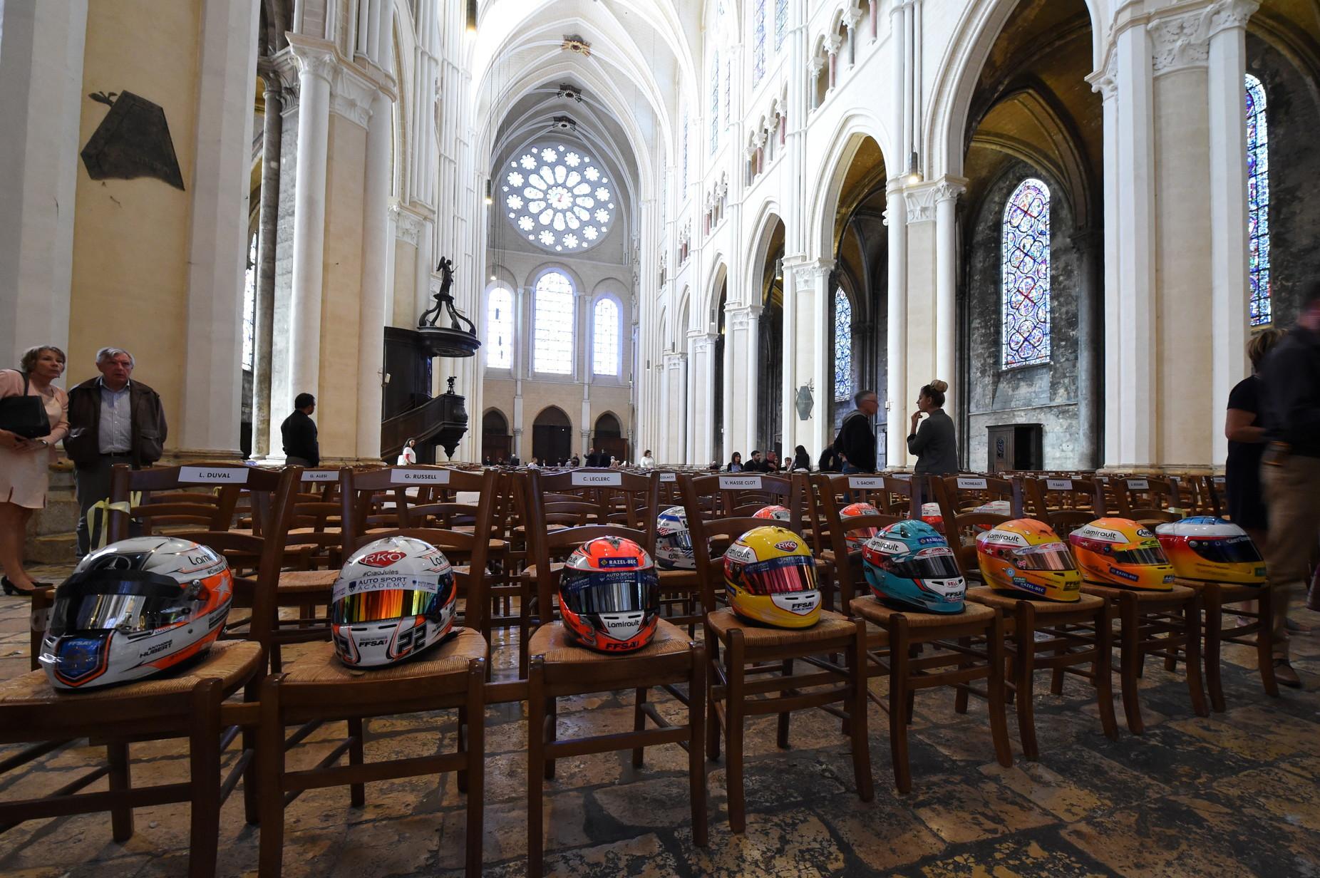 Si sono tenuti nella Cattedrale di Notre-Dame a Chartres i funerali diAnthoine Hubert, il pilota francese 22enne di Formula 2deceduto lo scorso 31 agosto in seguito aun brutto incidente sul circuito di Spa. A presenziare alla cerimonia molti volti noti del mondo dei motori tra i quali Leclerc, Prost e Jean Todt.