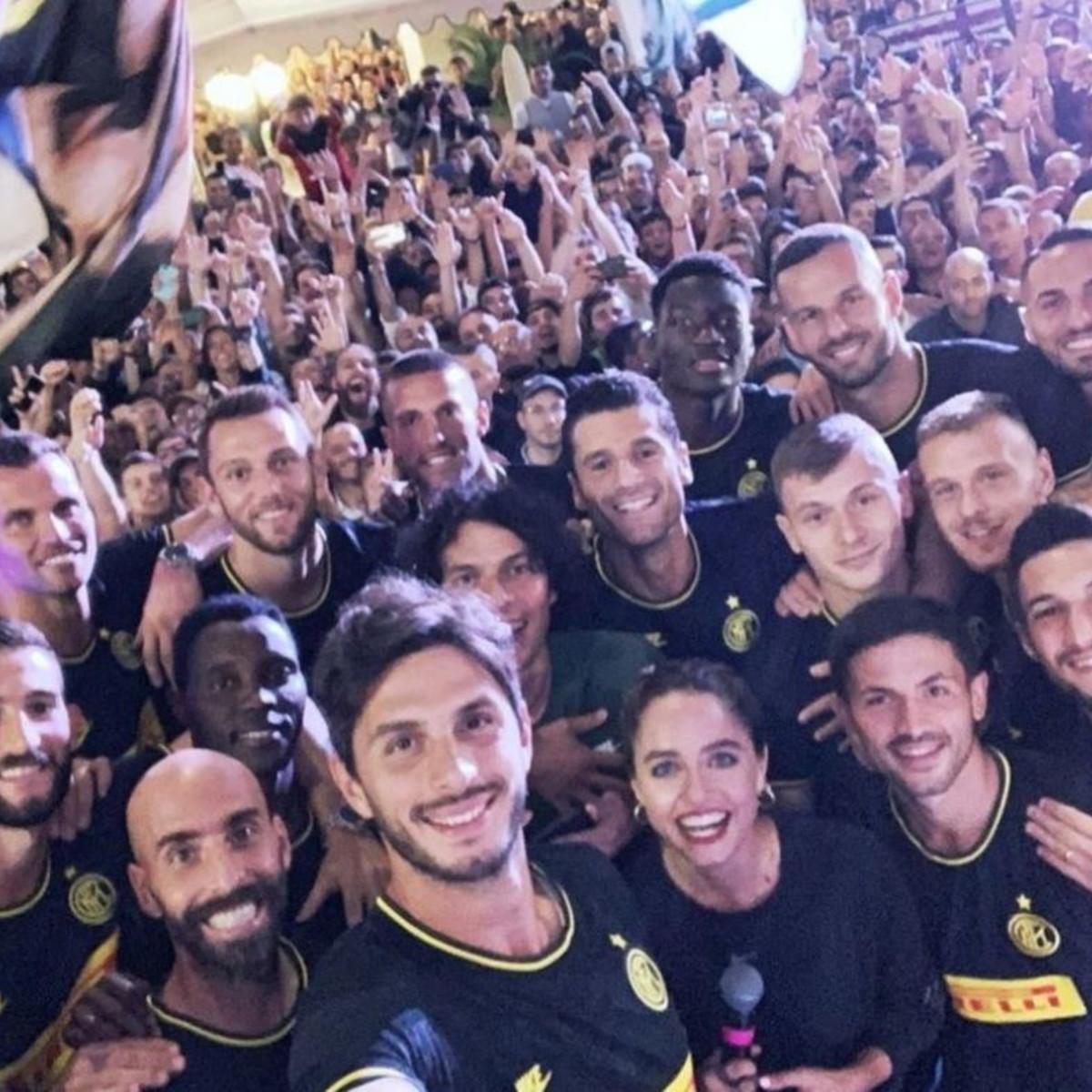 """Inter, tifosi in delirio a Milano. Handa: """"Grazie a voi siamo in Champions"""""""