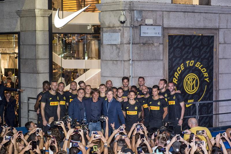 Tifosi in delirio per la nuova Inter. In occasione della presentazione della terza maglia che verrà utilizzata in Champions League, in 5milan s...