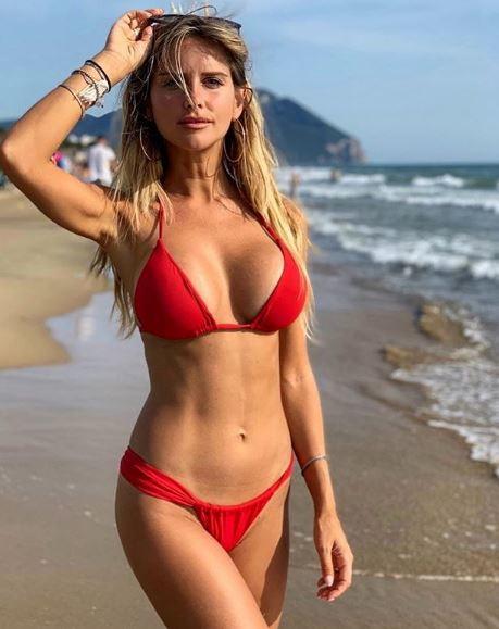 """Con settembre finiscono le vacanze ma soprattutto l'estate, lo sa anche Michela Persico che su Instagram regala ai follower un ultimo bikini stagionale. La fidanzata di Daniele Rugani, difensore della Juventus, non perde comunque il sorriso: """"Un'altra stagione inizierà""""."""