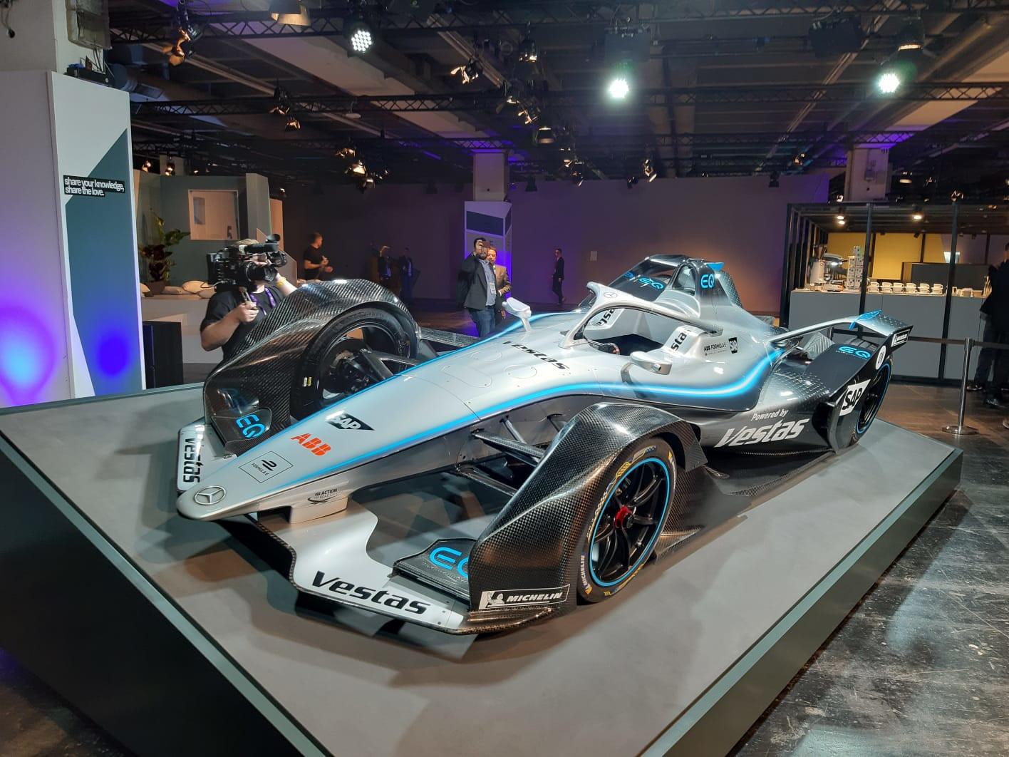 Il salone dell'auto di Francoforte è l'evento scelto per la Mercedes per svelare la livrea della EQ Silver Arrow 01 che debutterà nel prossimo campionato di Formula E, oltre al team ufficiale: Stoffel Vandoorne sarà affiancato da Nyck de Vries.
