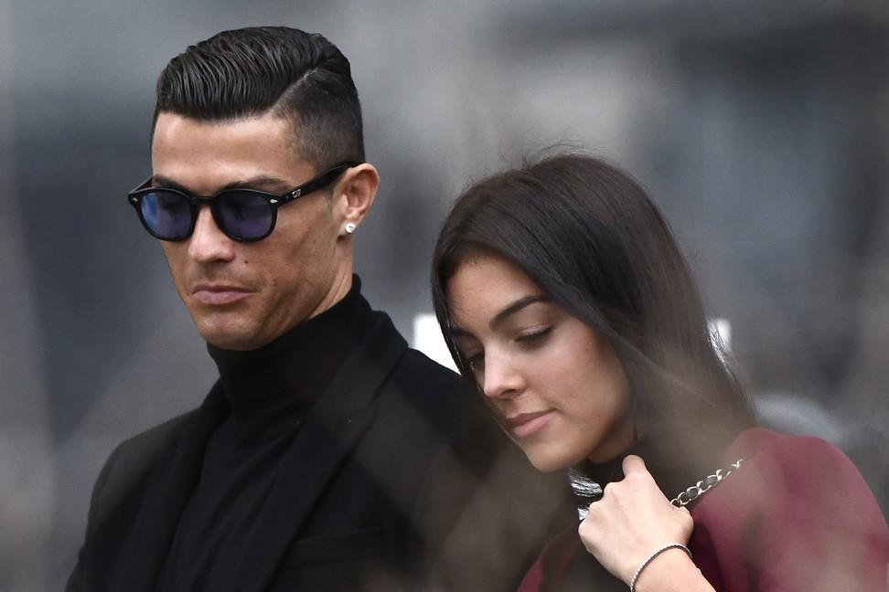 Il paragone è decisamente azzardato e Cristiano Ronaldo lo affronta così. Meglio il gol alla Juve in rovesciata o il sesso con Georgina?...