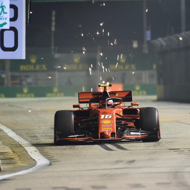 Leclerc davanti, ma Hamilton lo bracca da vicino | La gara LIVE