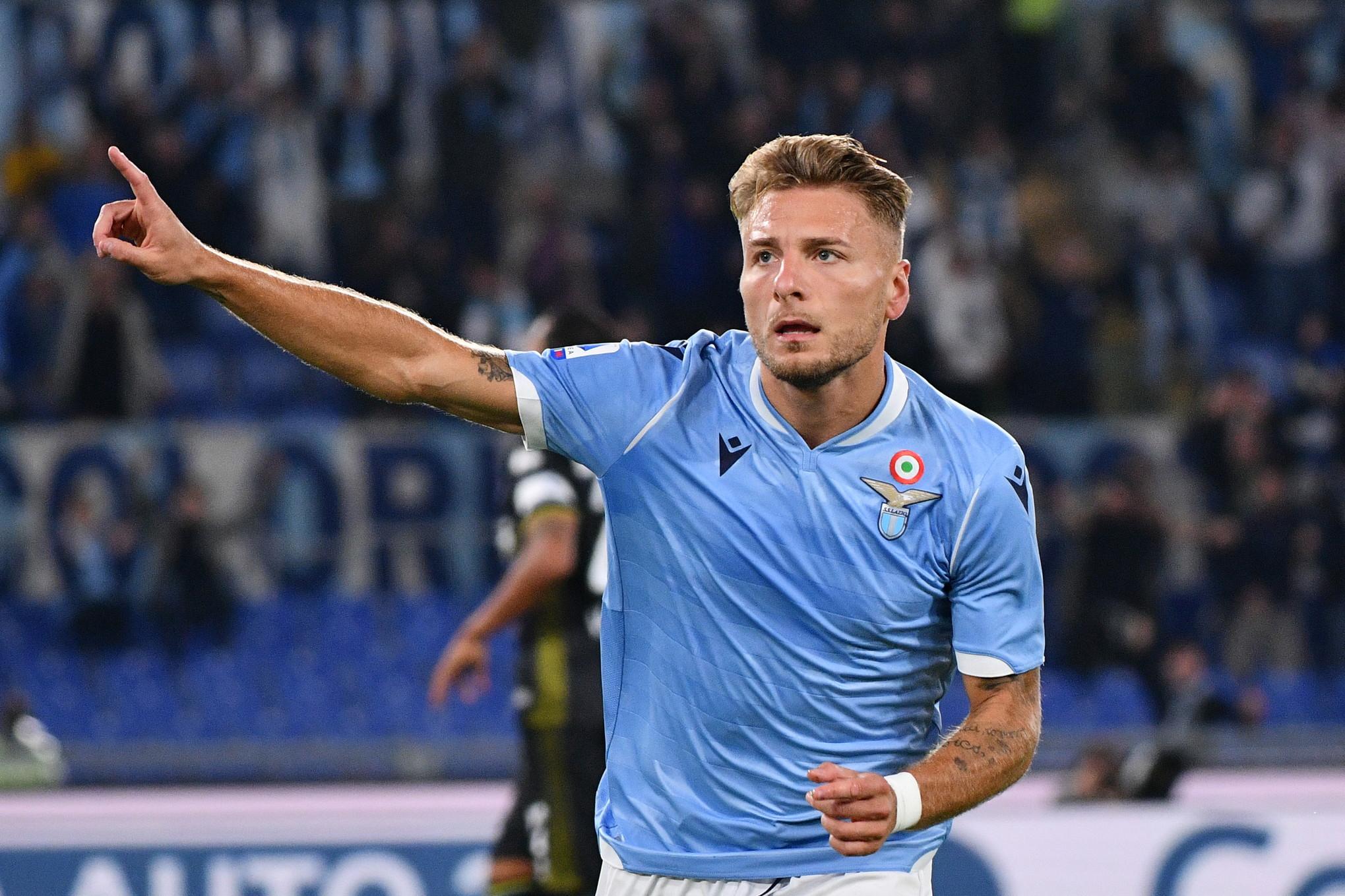 Nel posticipo della 4a giornata di Serie A, la Lazio batte 2-0 il Parma e dà un calcio alla crisi dopo due sconfitte di fila. All'Olimpico ...