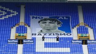 Everton, striscione contro il razzismo con l'immagine di Kean