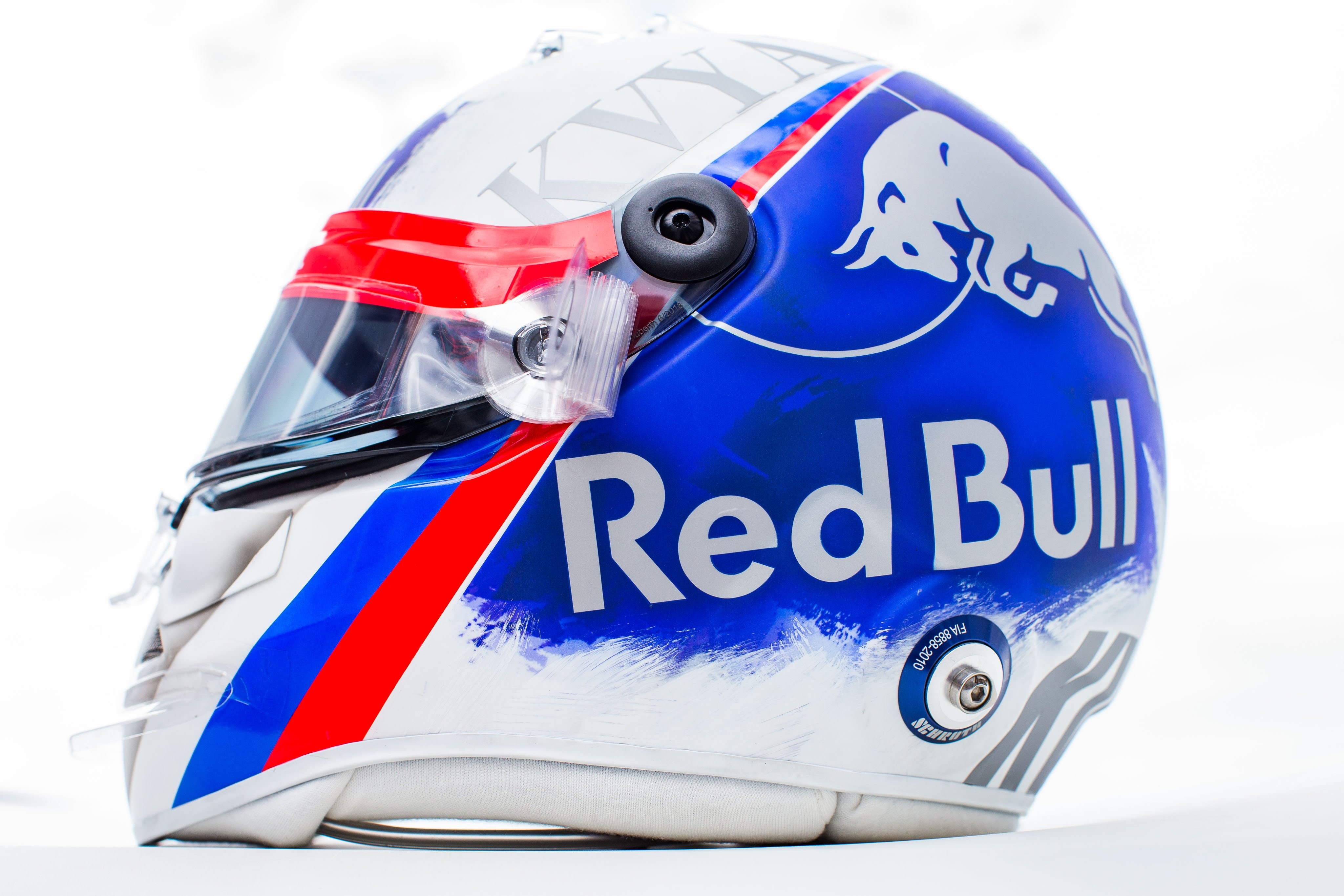 Daniil Kvyat ha preparato un casco speciale per il GP di casa a Sochi, ma la Fia gli ha impedito di usarlo. Secondo la federazione, infatti, la livrea...