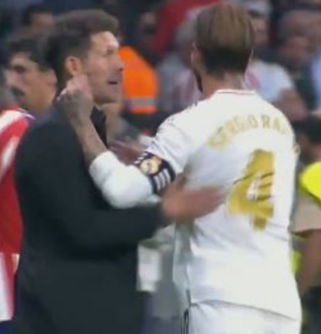 Durante il derby di Madrid tra Atletico e Real, Sergio Ramossi scaglia contro il guardalinee insultandolo.Diego Pablo Simeone, che assiste...
