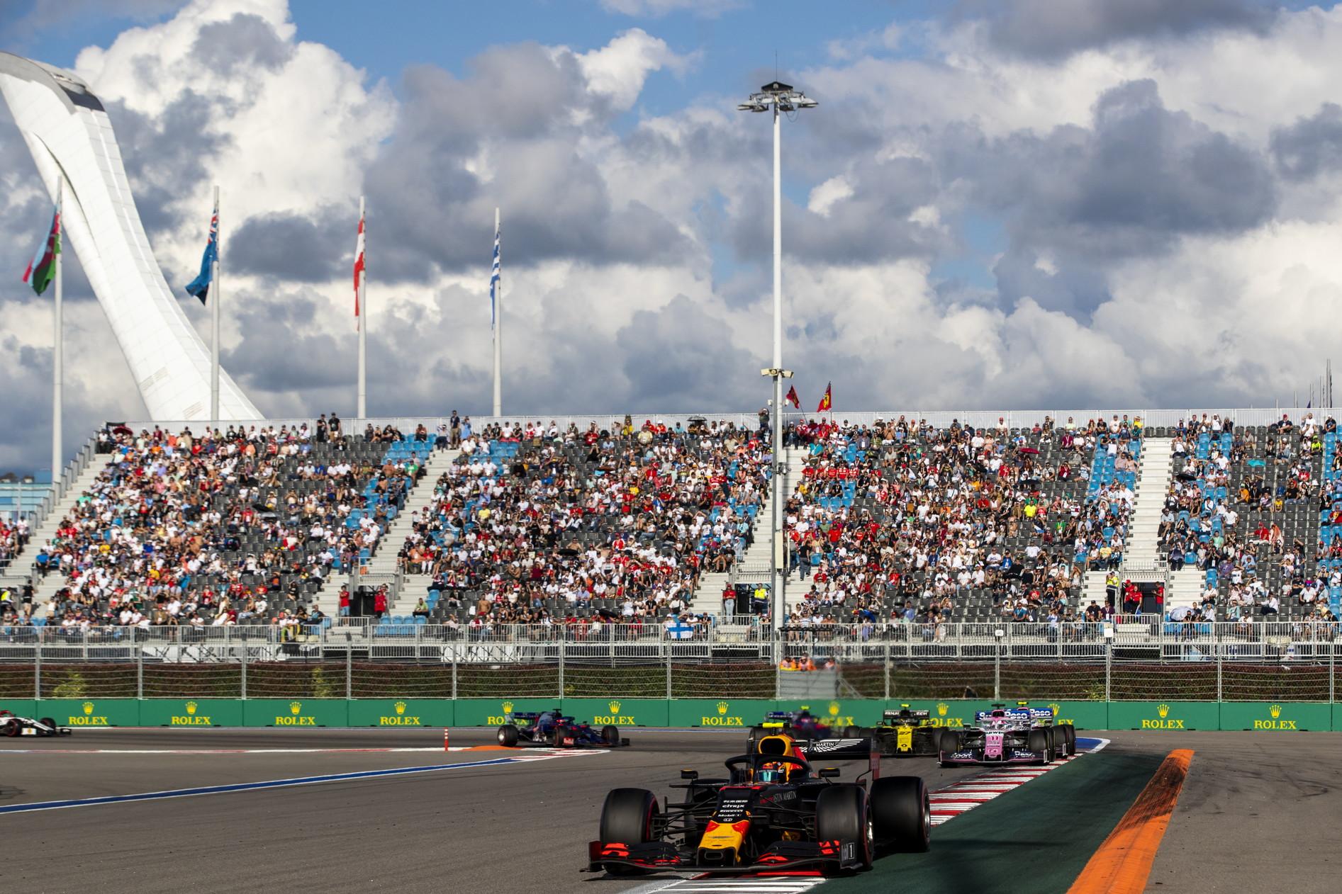 Il k.o. alla Ferrari di Vettel regala la vittoria al britannico della Mercedes, ormai a un passo dal titolo