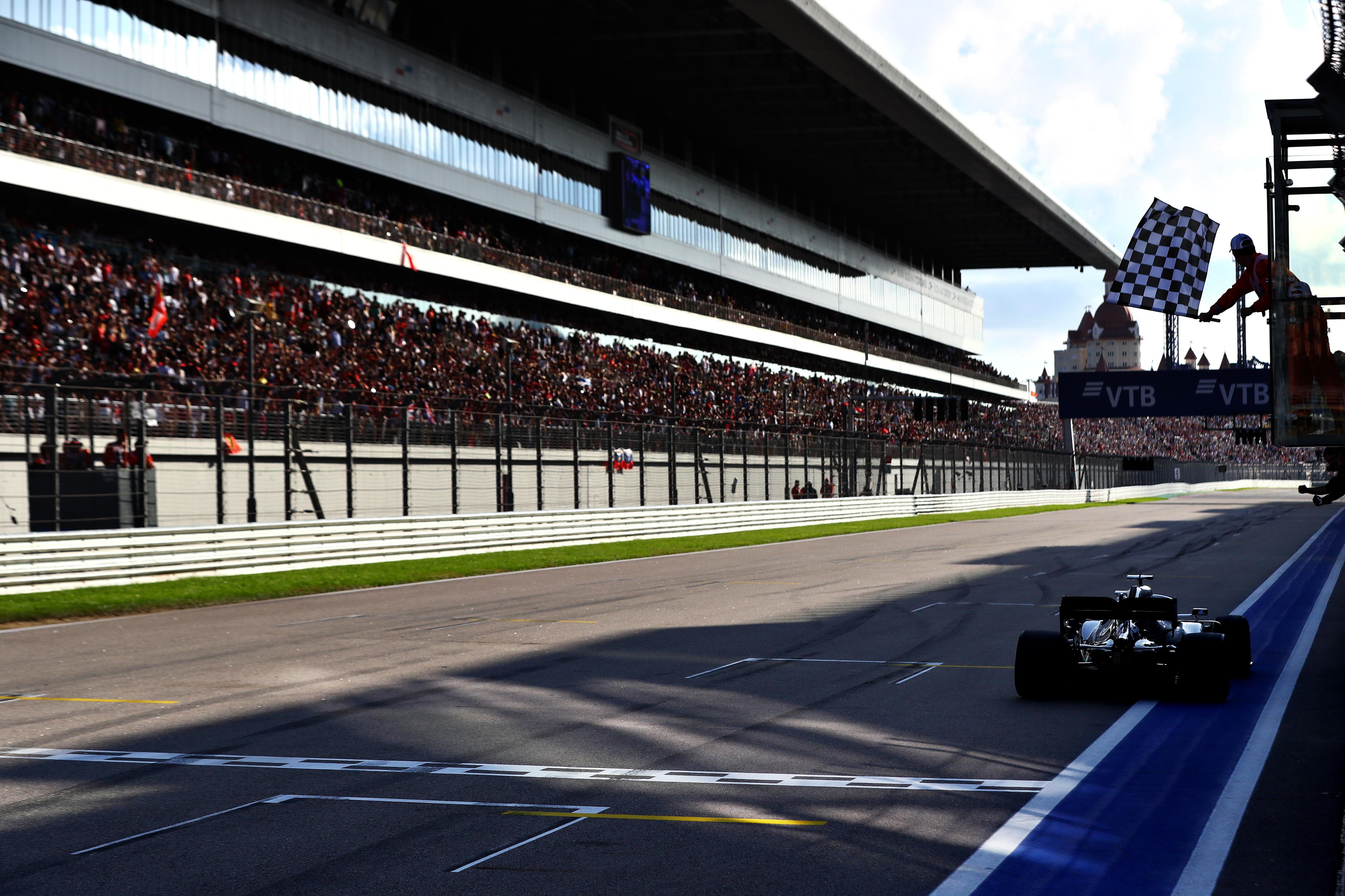 Il k.o. alla Ferrari di Vettel regala la vittoria al britannico della Mercedes, ormai a un passo dal titolo<br /><br />