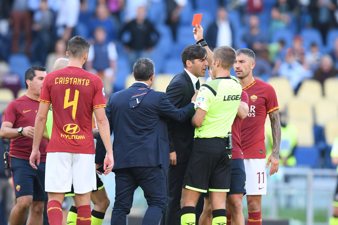Finale convulso in Roma-Cagliari: dopo il triplice fischio, Fonseca si è scagliato contro Massa probabilmente per il gol annullato a Kalinic ne...