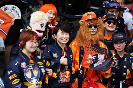 I tifosi giapponesi prendono d'assalto i piloti nel paddock