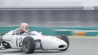 Verstappen alla guida di una Honda vintage