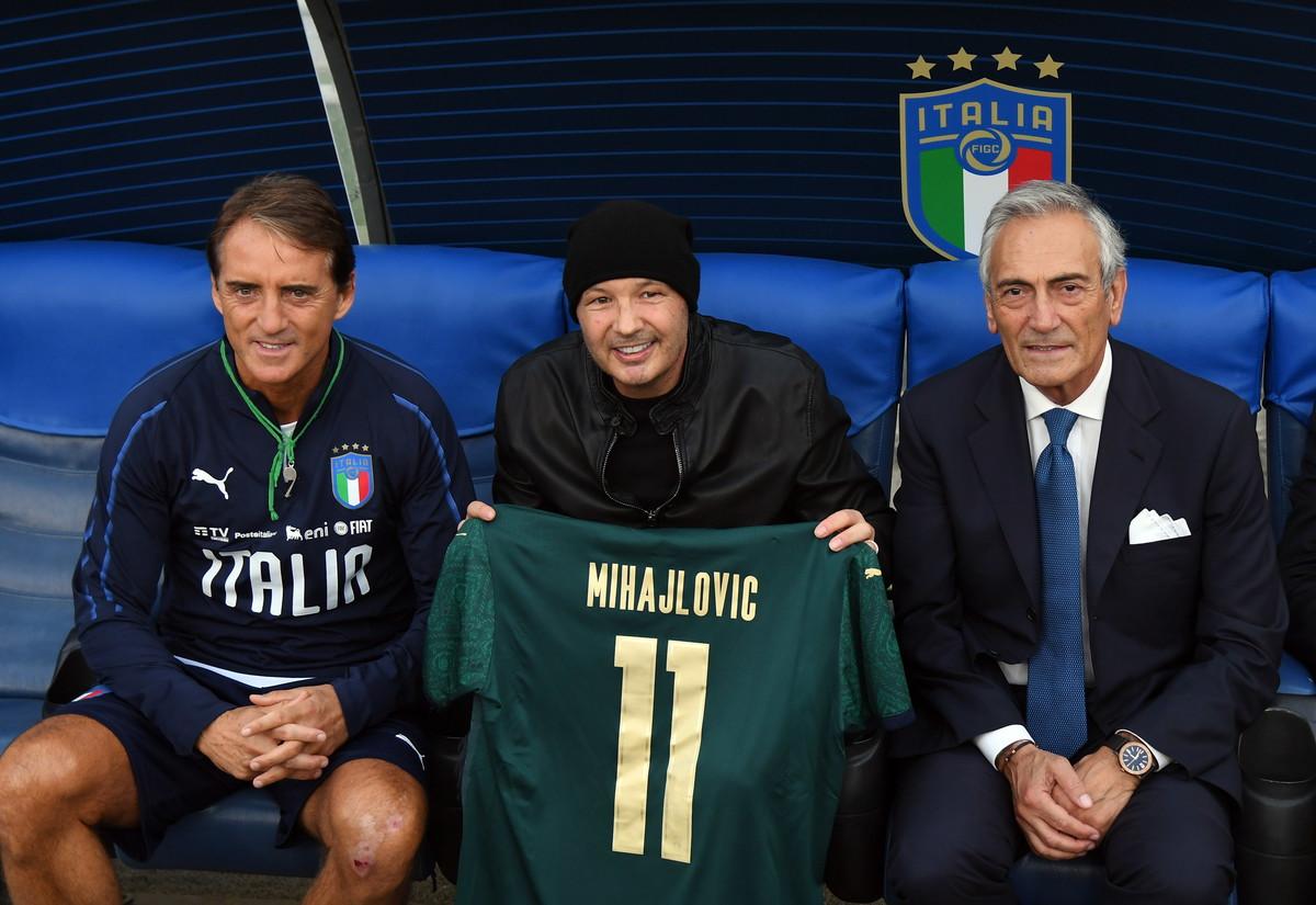 Il tecnico serbo ha fatto visita all&#39;amico Mancini durante la rifinitura all&#39;Olimpico di Roma. Per lui, impegnato in una grande battaglia fuori dal campo, anche una maglia numero 11<br /><br />