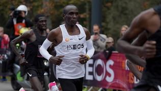 """Eliud Kipchogeè nella storia, il keniano sotto le 2 ore in maratona: 1h 59' 40"""""""
