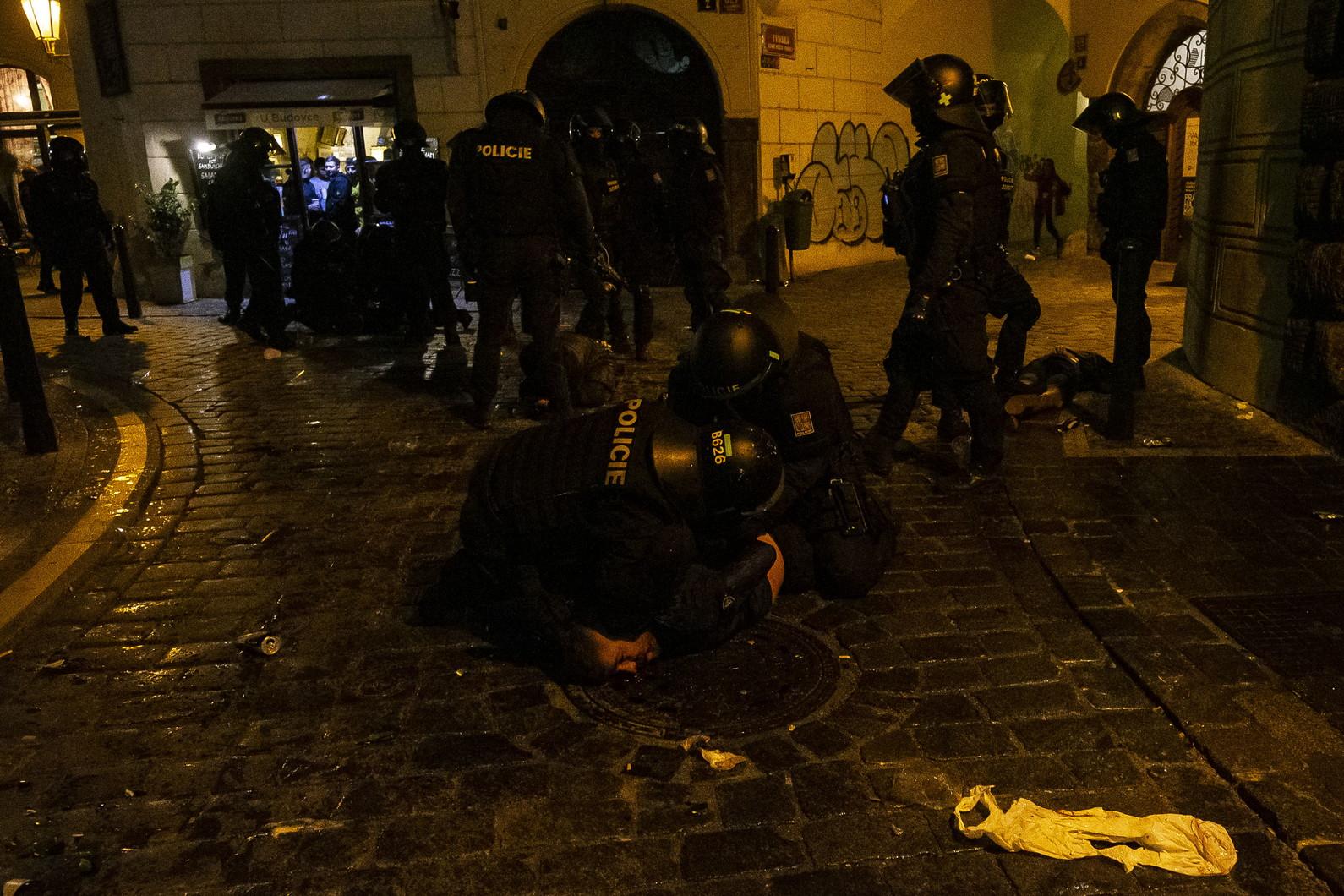 E&#39; di 31 arresti il triste bilancio degli scontri tra tifosi della Repubblica Ceca e dell&#39;Inghilterra prima del calcio d&#39;inizio della sfida di Praga. Di questi, ha fatto sapere la polizia locale, 14 sono inglesi e uno di loro &egrave; rimasto ferito negli incidenti nei pressi di due bar del centro cittadino. Gli agenti hanno risposto con granate stordenti ai tifosi che hanno lanciato bottiglie contro di loro.<br /><br />