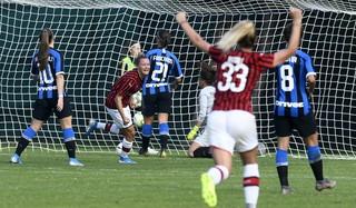 Va al Milan il primo derby della Madonnina al femminile della storia della Serie A. Davanti a circa 5mila spettatori che hanno riempito lo stadio Ernesto Breda di Sesto San Giovanni, la squadra di Maurizio Ganz ha battuto 3-1 le nerazzurre&nbsp;con la doppietta di Conc (35&#39; e 56&#39;) e il gol di Salvatori Rinaldi (87&#39;), agganciando la Juventus in testa alla classifica. Per le nerazzurre illude lo splendido pareggio di Marinelli (54&#39;), un tiro a giro sotto l&#39;incrocio dei pali.<br /> &nbsp;<br /><br />