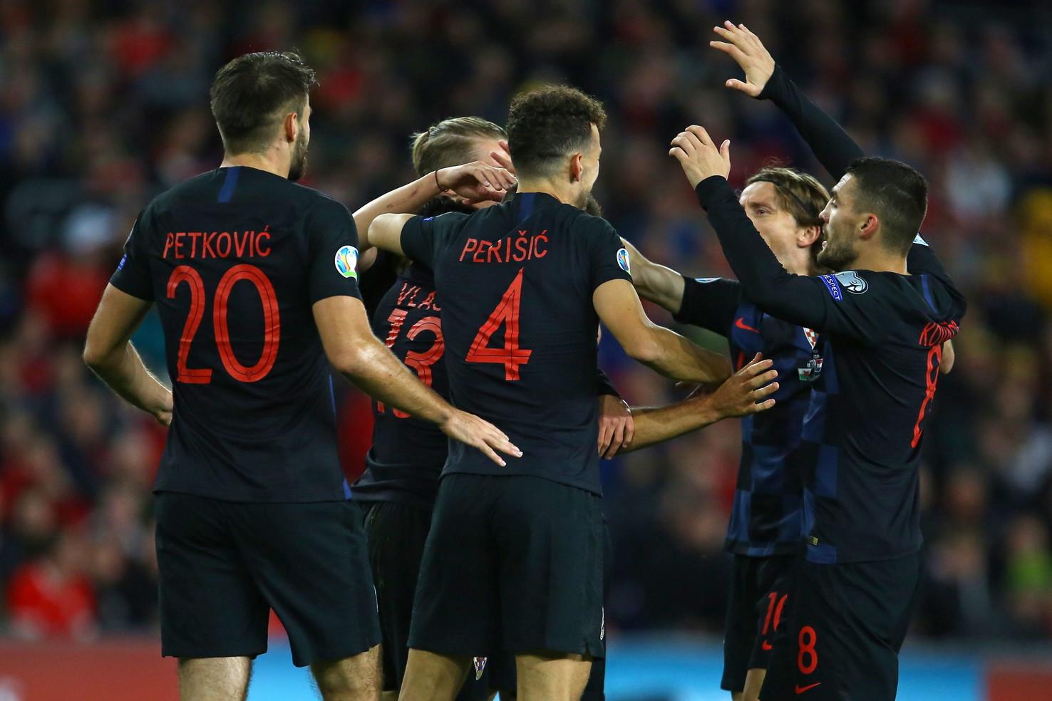 Al Cardiff City Stadium, Galles e Croazia pareggiano 1-1 nella corsa a Euro 2020. Un punto che serve molto di pi&ugrave; ai vicecampioni del mondo, ai quali adesso basta un pareggio nell&#39;ultima partita contro la Slovacchia per qualificarsi. Sono proprio gli ospiti a passare per primi, grazie a un preciso destro di Vlasic dopo nove minuti. Pareggia il solito Bale nel recupero del primo tempo, ma Giggs ora &egrave; a -4 dall&#39;Ungheria nel gruppo E.<br /><br />