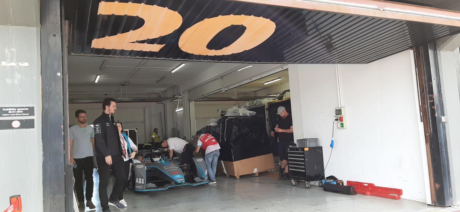 Ronny Mengo,giornalista di Sportmediaset, a bordo di una monoposto di Formula E durante i test pre-stagionali a Valencia: brivido elettrico!